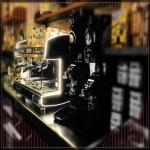 Cafetera y molinillos con café molido al instante