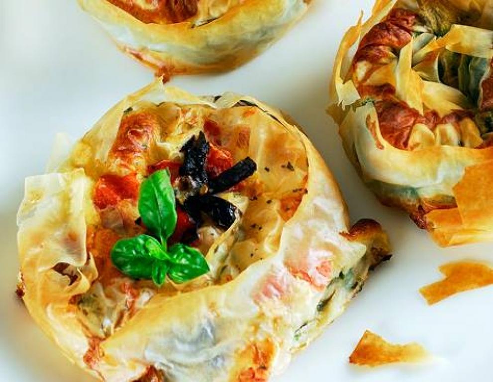 Banitsa de tomaquets secs, alfabrega fresca, feta i olives de Kalamata